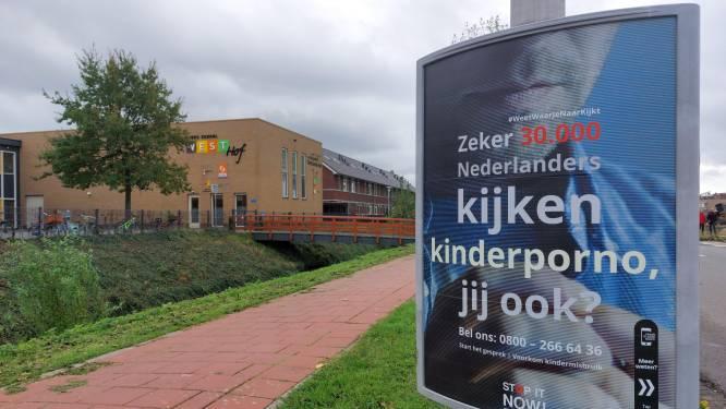 Kinderpornoposter pal voor ingang basisschool wekt verontwaardiging: 'Niet echt handig dit'