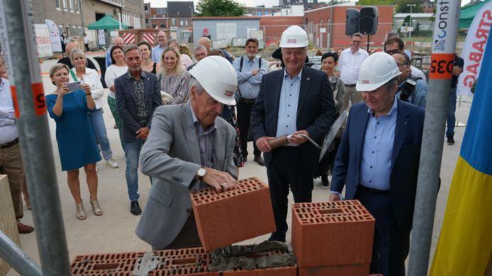 Voorzitter Werner Maerevoet mocht een tweede steen leggen