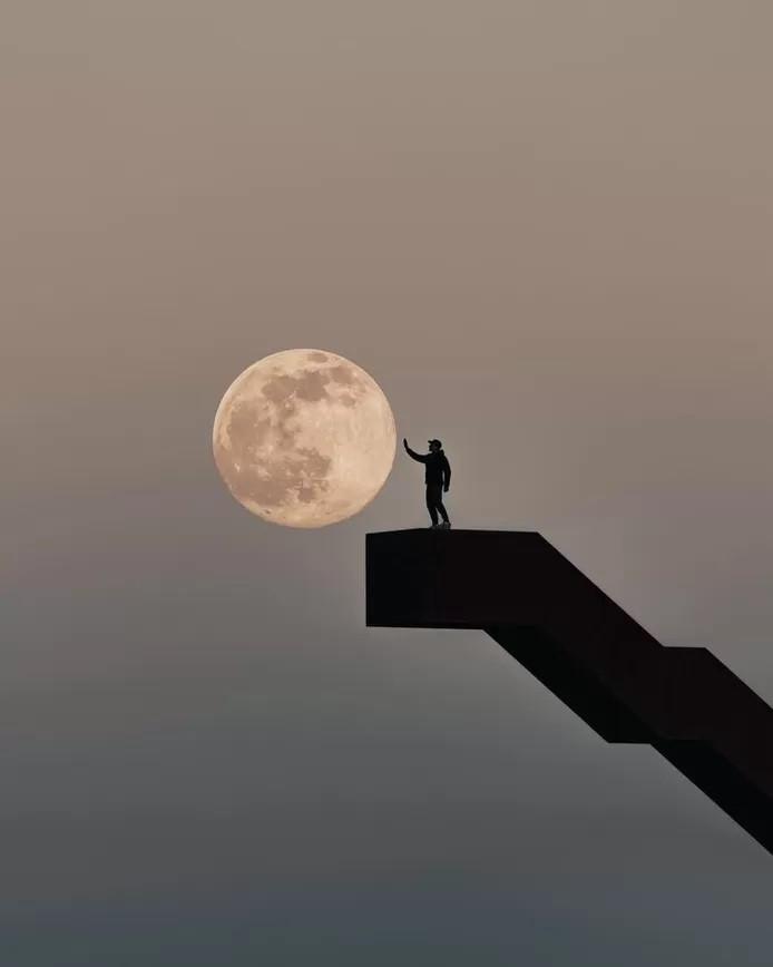 """""""To the Moon"""", c'est comme ça que le photographe a intitulé sa photo prise à la Tour de Vlooyberg, à Tielt-Winge."""