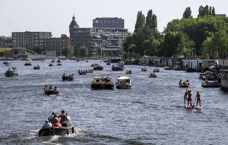 Pleziervaart op de Amstel. Om enigszins aan de hitte te ontsnappen wordt massaal het water opgezocht.  Beeld ANP