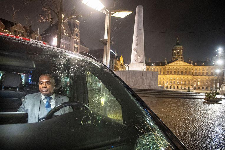Taxichauffeur Roy Raghoenath: 'Ik zou het zelfs met een deurknop nog goed kunnen vinden.' Beeld Guus Dubbelman / de Volkskrant