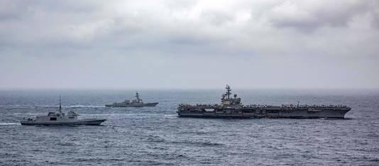 Amerikaanse oorlogsschepen patrouilleren in de regio.