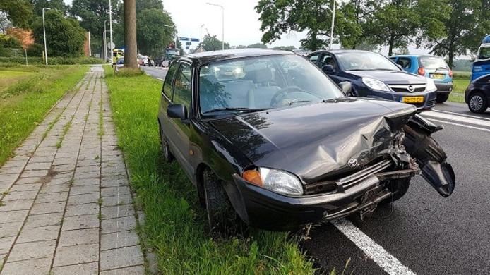 Beschadigde auto na het ongeval op de N319.