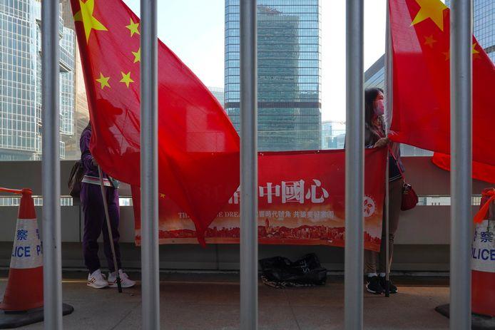 Pro-Chinese betogers zwaaien met de Chinese vlag in Hongkong