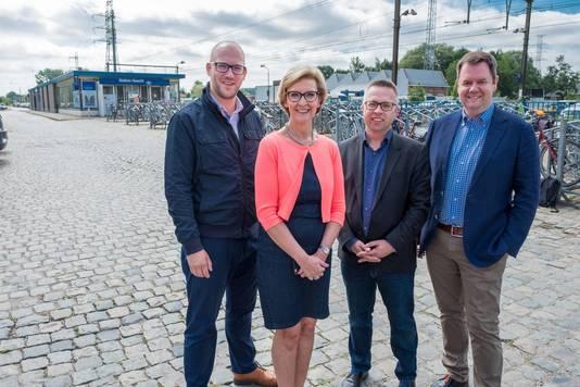 Dieter Van Muylder (Brouwerij Haacht), gedeputeerde Ann schevenels, Geert Dierckx (NMBS) en burgemeester Steven Swiggers aan het station.