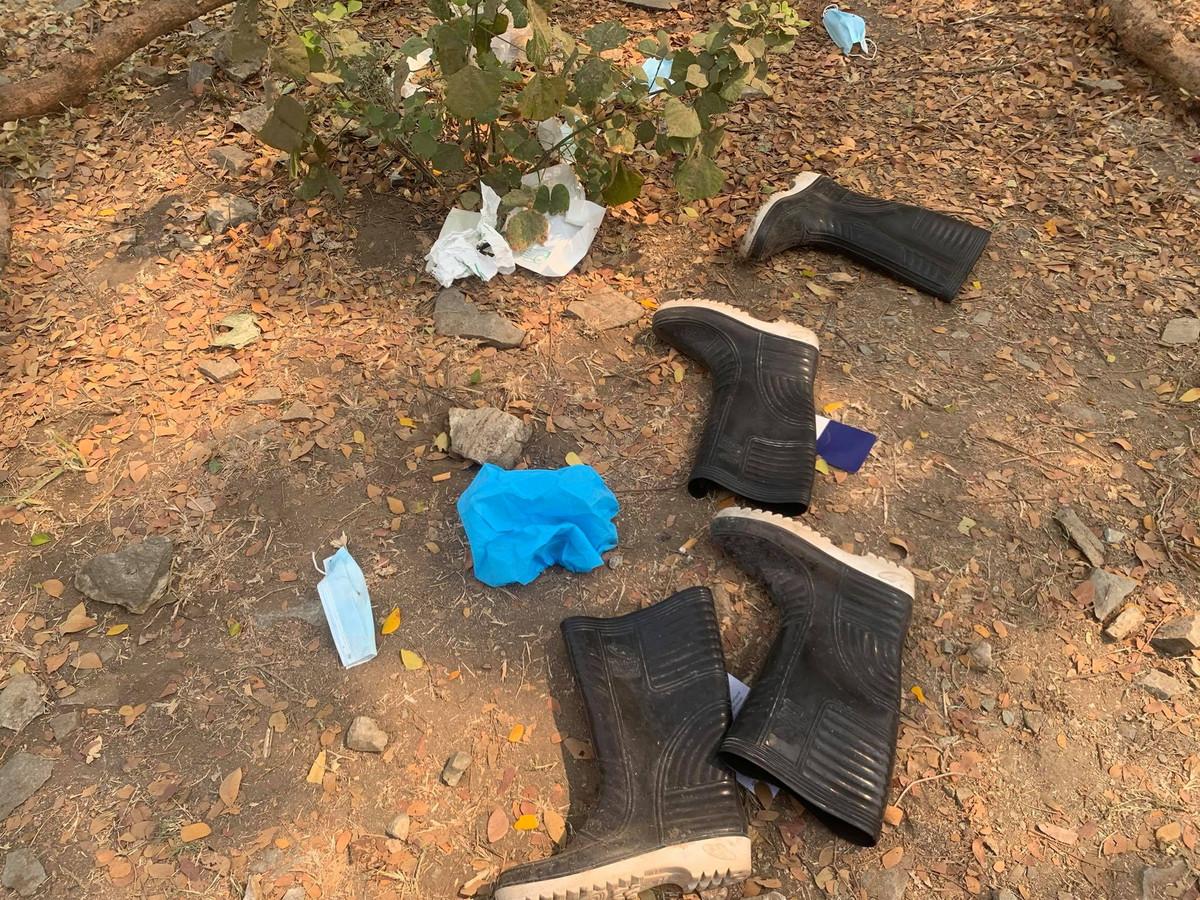 Achtergelaten spullen bij het graf van Angel.