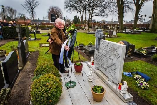 Hennie Stegge (86) en Mini Douwma-Stegge (82) plaatsen een krans, voor hun omgekomen broers, zussen en vader.