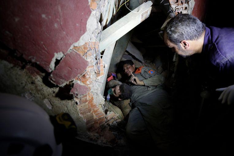 Libanese hulpwerkers zoeken in het puin naar overlevenden. Beeld AP