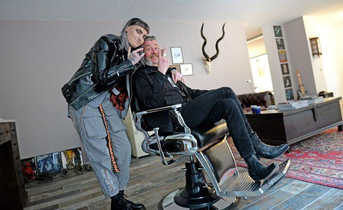 Vader Leon Wiggers en dochter Zoe runnen samen een barbershop, Sick Puppy Barber Parlour in Enschede.