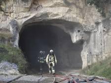 Brandweer gaat smeulend hooi uit grotten bij Maastricht halen