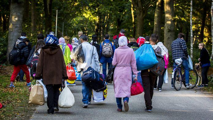 Een groep vluchtelingen bij noodopvang Heumensoord