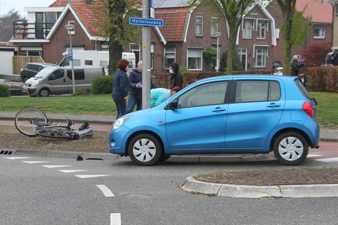 De beschadigde auto en de fiets.