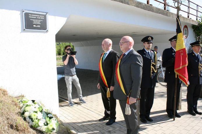 Gouverneur Jan Briers en burgemeester Alain Pardaen legden bloemen neer aan de spoorwegtunnel.