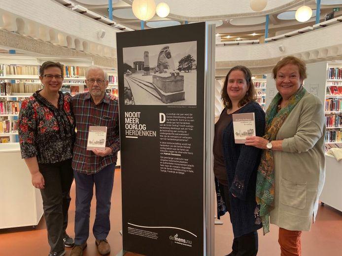 Eddy Smets (85) zal zaterdagavond als afsluiter van de tentoonstelling 'Nooit meer oorlog herdenken' voorlezen uit zijn boek 'Kindvluchtelingen, wrakhout van oorlog'. V.l.n.r.: Vera Smets, Eddy Smets, bibliothecaresse Liesbeth Van Camp en 'Tante Kaat'.