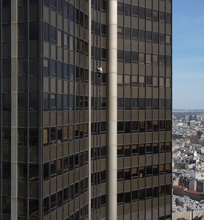 Alexis Landot en action sur la tour Montparnasse