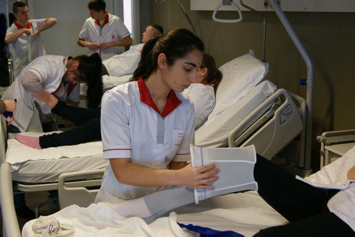 Studenten verpleegkunde, archiefbeeld ter illustratie. Verpleegkundige geldt al jaren als een knelpuntberoep.
