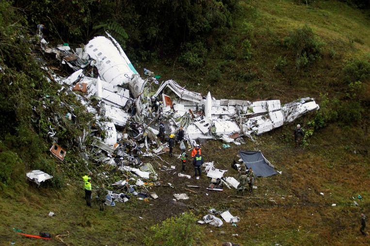 Het vliegtuigwrak in de Colombiaanse bergen, daags na de crash.