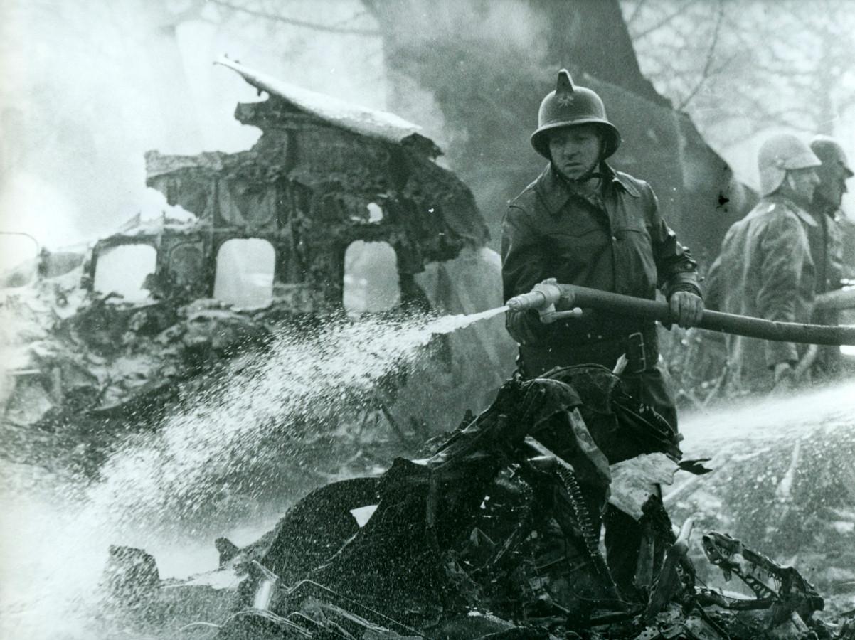De brandweer blust de resten van Sabenavlucht 548, van New York naar Brussel. De Boeing 707 crashte op 15 februari 1961 in een witloofveld in Kampenhout.