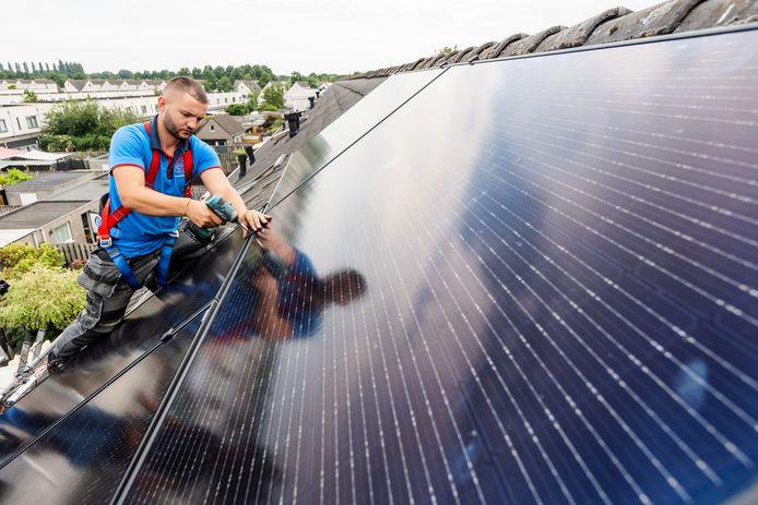 Installatie van zonnepanelen op daken in Tilburg.
