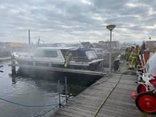 Brand in plezierboot in Deventer haven: naastgelegen schip uit voorzorg weggesleept
