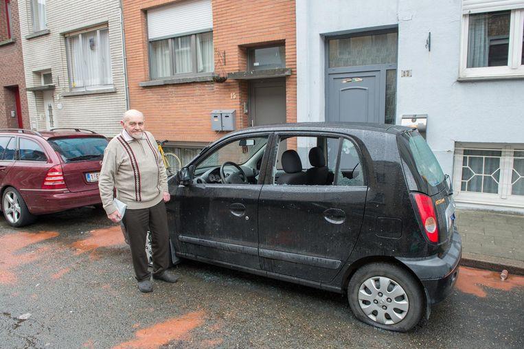 Raymond De Lathauwer (82), alias dj Mon, bij zijn vernielde auto.