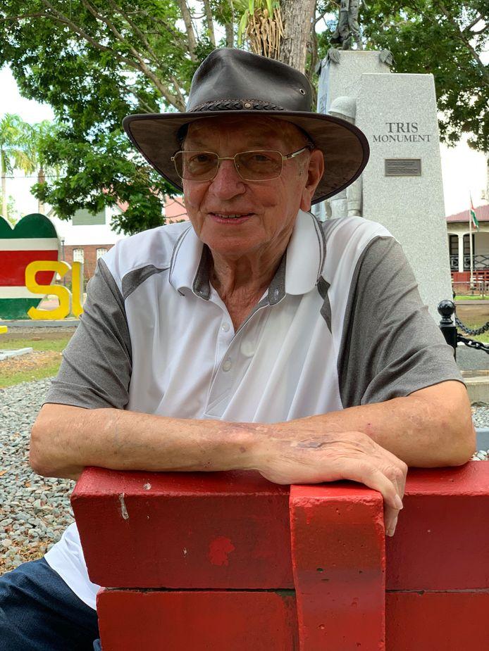 Arnout van de Werken uit Velddriel bij het TRIS-monument in Paramaribo.