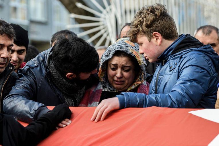 Familieleden van Ayhan Arik, een van de slachtoffers, rouwen tijdens zijn begrafenis. Beeld afp