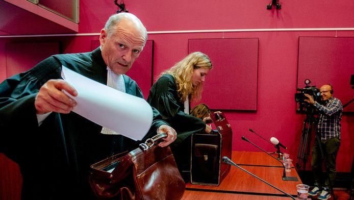 Advocaat Bas le Poole (L) van RTL 5 voorafgaand aan het kortgeding van het Einstein Lyceum
