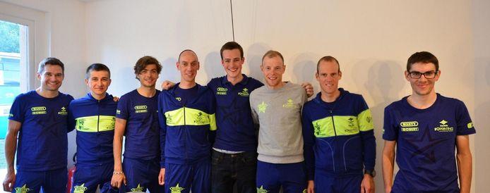 Cédric en de renners van de groep Wanty-Gobert.