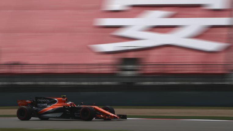 Ook in China is het vechten tegen de bierkaai voor Vandoorne met zijn trage McLaren-Honda. Beeld Getty Images