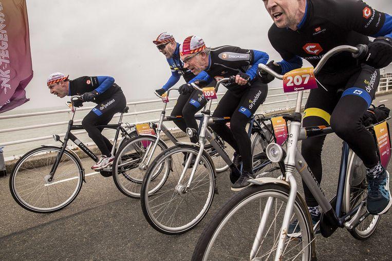 Deelnemers in actie tijdens de zesde editie van het Nederlands Kampioenschap Tegenwindfietsen op de Oosterscheldekering. Beeld ANP