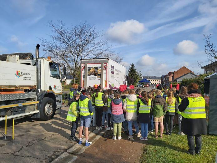 In de Rigessel in Wezemaal kregen de leerlingen uitleg over de dode hoek van een vrachtwagen.