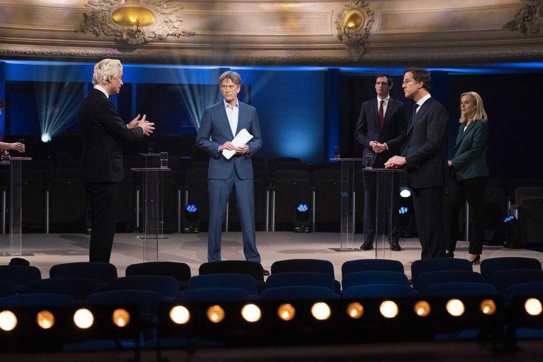 Geert Wilders (PVV) in debat met Mark Rutte (VVD) onder leiding van presentator Pieter Jan Hagens tijdens het één-op-één verkiezingsdebat van EenVandaag. Beeld ANP