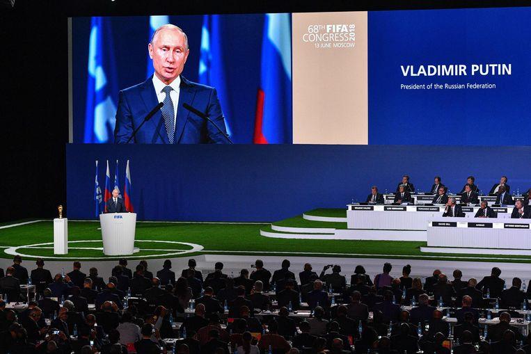 De Russische president Vladimir Poetin spreekt op het 68ste FIFA-congres in Moskou aan de vooravond van de wereldbeker voetbal.  Beeld AFP