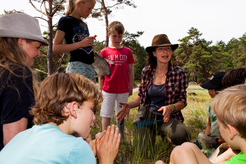 Boomschors, vishuid en vogelgeluiden: Daan Timmers vertelt kinderen er graag over. Beeld Renate Beense