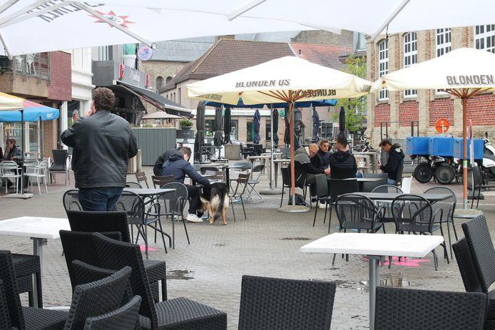 Ook aan het jongerencafé De Foelard kwamen de eerste klanten op het terras zitten.