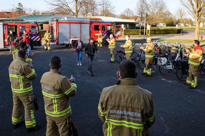 Met een applaus verwelkomden de Eibergse brandweervrijwilligers woensdagavond vier nieuwe collega's bij de kazerne.