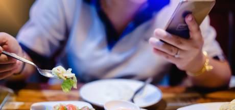 Not done: scrollen op smartphone tijdens het kerstdiner