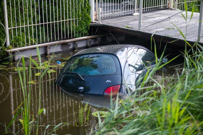 Een auto rijdt de sloot in aan de Noordenseweg in Nieuwkoop.