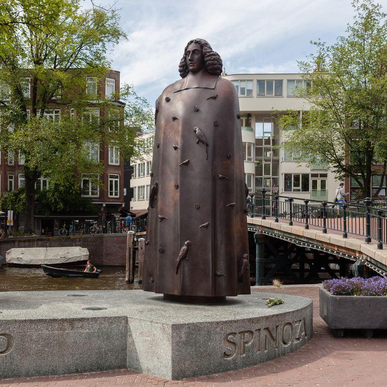 Het Spinozamonument op de Zwanenburgwal, door Nicolas Dings.  Beeld Nina Schollaardt