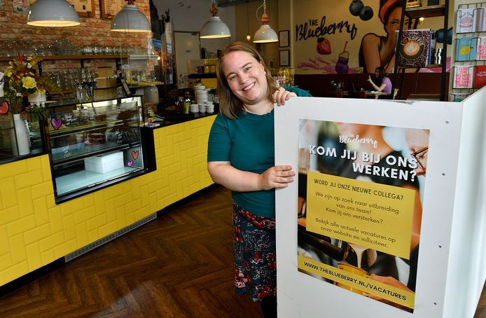 Lisette de Jong van ontbijt- en lunchzaak The Blueberry. Hier in het filiaal in het Amersfoortse winkelcentrum Emiclaer kunnen klanten de oproep voor nieuw personeel bijna niet missen.