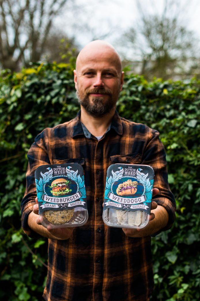 Mede-eigenaar Mark Kulsdom met de twee producten van The Dutch Weed Burger die sinds deze week in de schappen liggen.