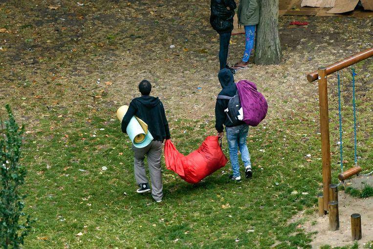 Migranten in het Brusselse Maximiliaanpark. Beeld Photo News