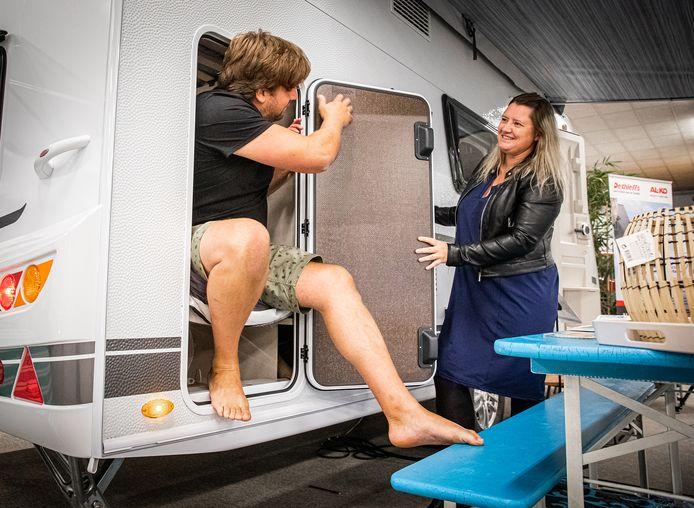 Klanten op zoek naar een nieuwe camper of  caravan bij Campolife in Heinenoord.