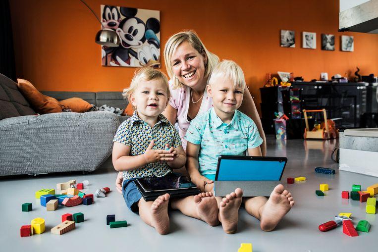 ► Barbara Claessens met zoontjes Cas (2) en Wout (4): 'Kinderen weghouden van tablets lijkt me onzinnig. Ik zie ook voordelen.' Beeld Aurélie Geurts