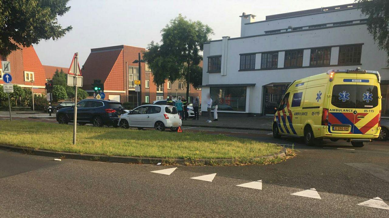 Twee auto's zijn zondagochtend rond 7.30 uur op elkaar gebotst.
