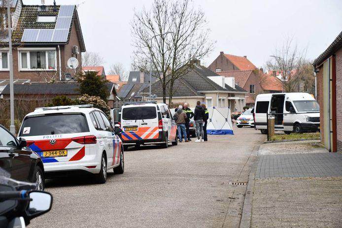 De politie heeft de omgeving afgezet en doet onderzoek.