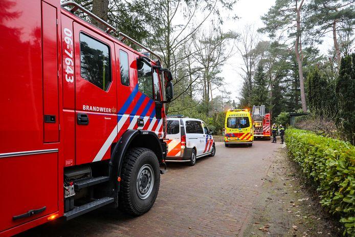 Hulpdiensten zijn ter plaatse aan de Dennenweg in Vaassen waar een keukenbrand heeft gewoed.
