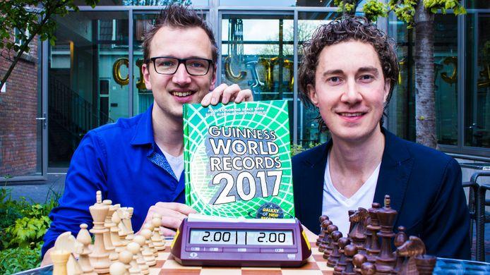 Niels Ondersteijn (links) en Bob Jansen gaan in Tilburg proberen het Guinness-record onafgebroken schaken te verbeteren.