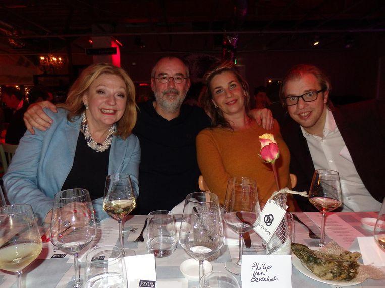 Tv-chef Janny van der Heijden (nr.2), Ronald Giphart (nr.35), zijn vrouw Mascha Lammes en gastheer Jan Jaap van der Wal (vlnr): 'Arbitrair. Onthoud dat woord' Beeld Schuim